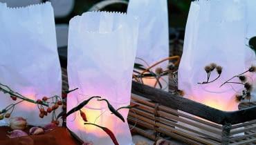 Lampiony. Papierowe torebki pełne światła - a w nich tea lighty w szklanych osłonkach.