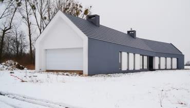 Dom jak grafitowa stodoła