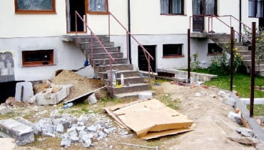 Jeśli piwnica została zalana w wyniku powodzi, usuwanie jej można zacząć dopiero po opadnięciu wód gruntowych poniżej poziomu posadzki