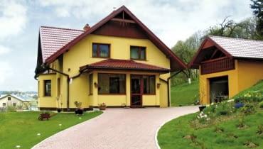 Ganek z funkcją wiatrołapu w domu murowanym