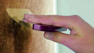 Do aplikacji mas i tynków stosuje się najczęściej różnego typu pace, które pozwalają nakładać powłokę i tworzyć wzór przez jej wydrapywanie i wygładzanie