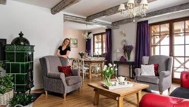 dom, salon, aranżacja salonu, belki na suficie