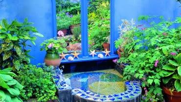 Lustro w pięknej ramie imituje stylowe okno z widokiem na nieistniejący ogród za murem.