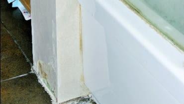 Zniszczona ścianka z płyt gipsowo-kartonowych