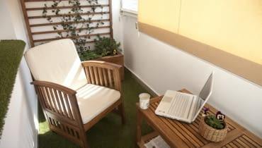 Biuro na balkonie. Wystarczy wygodny fotel, stolik i trochę roślin by praca stała się przyjemnością. Aranżacje balkonów - zdjęcia