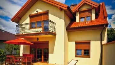 Rolety zewnętrzne chronią dom nie tylko przed ciekawskimi spojrzeniami i zbyt jasnym światłem dziennym. Oprócz tego zimą umożliwiają obniżenie kosztów ogrzewania domu, a w czasie upałów zapewniają w nim przyjemny chłód.
