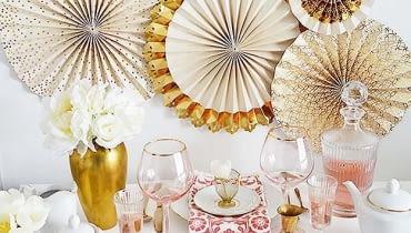Przygotowując przyjęcie, zazwyczaj skupiamy się na dekorowaniu stołu. Ale nie poprzestawaj na tym - ozdób także ściany, krzesła, drzwi czy okna.