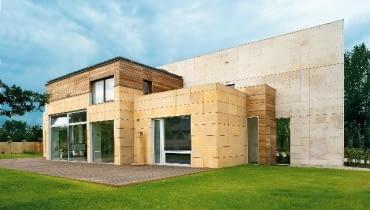 Budynek wykończono trzema rodzajami kamienia - piaskowcem, trawertynem i basaltiną - oraz drewnem. Charakterystycznym elementem elewacji jest kamienna 'ściana-rama' nadająca sylwetce monumentalny charakter