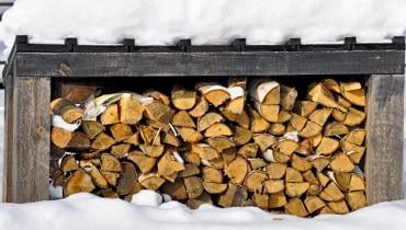 Drewno powinniśmy przechowywać na powietrzu. Najlepiej sprawdzają się otwarte, ale zadaszone wiaty