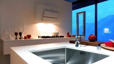 Geometryczna, składana wylewka pozwala wygodnie zmywać. Kiedy baterii nie używamy - zmienia się w ozdobę kuchni