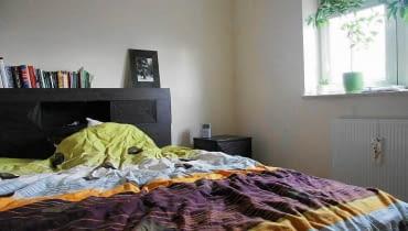 <B>Dopóki gospodarz był singlem, niewykończona sypialnia w zupełności mu wystarczała. Ale gdy w domu pojawiła się kobieta, również w tym pomieszczeniu musiała dokonać się rewolucja. Zobaczcie jej efekty.</B> <BR />PRZED ZMIANĄ. Gospodarzowi nie zależało na dekoracyjnym wyglądzie sypialni. Zadbał tylko o niezbędne meble: wygodne łóżko ze schowkami w zagłówku, szafkę nocną i fotel.