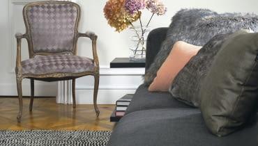 Zabytkowy fotel może być pokryty tkaniną zgodną ze stylem epoki, z której pochodzi, albo też materiałem o nowoczesnych wzorach.