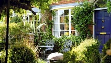 W tym maleńkim ogródku, gdzie mieszczą się zaledwie dwa krzesła, nastrój tworzą pnącza