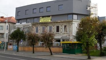 Nadbudowa secesyjnej kamienicy w Mławie to przykład wyjątkowo brutalnego niszczenia zabytków. Prezentujemy zdjęcia jeszcze z budowy, lato 2011. Nominację przesłał Robert Bierwiaczonek.