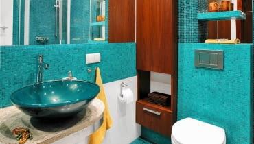 <B>Im więcej szafek w łazience, tym większy porządek w łazience. Najlepiej zabudować pojemną szafą całą ścianę. Gdy wielkość pomieszczenia na to nie pozwala, warto pomyśleć o schowkach w innych, nawet nietypowych miejscach. Kilka pomysłów znajdziecie poniżej.</B> <BR />Z DALA OD WODY. Wnęka, która powstała przy sedesie, została zabudowana szafką. Zrobiono ją na wymiar z płyty fornirowanej orzechem amerykańskim. Mebel wspiera się na wysokim cokole, co ułatwia mycie podłogi; szafki nie zniszczy też rozlana woda.