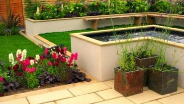 W tym nowoczesnym ogrodzie wodę ujęto w ramy murowanej niecki, wyniesionej ponad ziemię