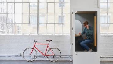 Biuro gabinetowe, hot desk, open space, a może model hybrydowy?
