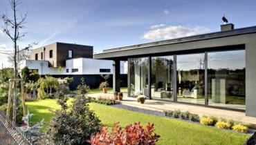 Rzadko bywa tak, że inwestorzy mogą wedle swojego uznania wznosić dom parterowy lub piętrowy