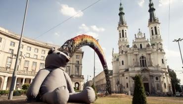 Ogromny miś spaceruje po Warszawie