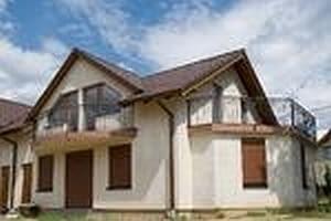 Budowa domu na trudnym terenie. Solidne ściany to podstawa