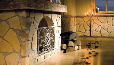 Kominek może być wykończony kamieniem dekoracyjnym