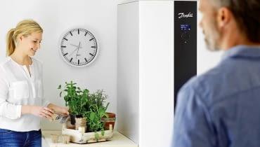 Większość gruntowych pomp ciepła jest od razu wyposażona w odpowiedni system sterowania - zazwyczaj jest w nim automatyka pogodowa