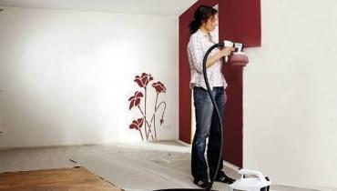 Malowanie ścian. Aby równomiernie rozpylić farbę pistoletem, trzeba nauczyć się równego prowadzenia go na tzw. luźnym nadgarstku