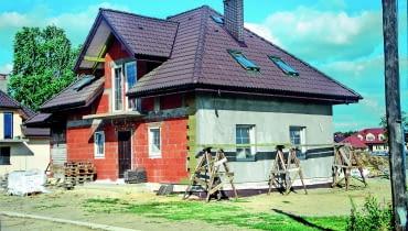 Jeśli dom ma jeden dach z okapami wystarczająco osłaniającymi ściany, roboty związane z jego kryciem mogą się odbywać niezależnie od prac ociepleniowych.