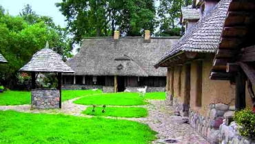 studnia, podwórko, drewniane domy, domy z drewna
