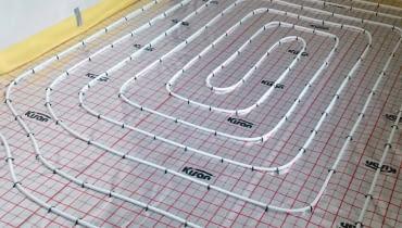 W systemie Kisan Comfort w wersji mokrej stosuje się płyty systemowe pokryte folią tworzywową metalizowaną stanowiącą zabezpieczenie przed wilgocią