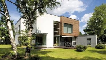 Widok od strony ogrodu. Aby taras drewniany był trwały, nie może luźno leżeć na gruncie - powinien być oparty na specjalnie wykonanych betonowych słupach
