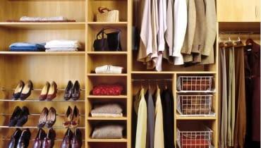 Zamiast półek można zamontować: wysuwane druciane kosze, wysuwane półki, szuflady Praktyczne rozwiązania: wysuwany wieszak na krawaty, pantograf, zawieszana półka, wysuwany wieszak na spodnie, wieszak poprzeczny.