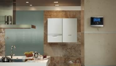 Kocioł kondensacyjny ma zamkniętą komorę spalania. Nie czerpie więc, tak jak model tradycyjny, powietrza z pomieszczenia, w którym jest zamontowany, lecz bezpośrednio z zewnątrz. Dzięki temu unikamy wychłodzenia pomieszczenia, w którym pracuje. Ma to szczególne znaczenie zimą - zwłaszcza jeśli kocioł znajduje się w kuchni lub łazience