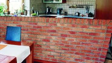 Barek pozwala oddzielić optycznie przestrzeń między otwartą kuchnią i salonem