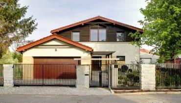 Właściciele nie zdecydowali się na rozbudowanie domu wzwyż, choć to rozważali. Uznali, że na wąskiej działce wysoki budynek wyglądałby nieproporcjonalnie