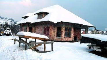 Jeśli w domu zimą będą prowadzone prace wykończeniowe, okna najlepiej zasłonić folią rozpiętą na ramach