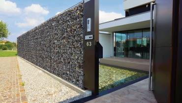 Murek gabionowy Zenturo, cena ok. 2000 zł za komplet paneli, słupków i złączek na murek o wym. 4 × 2 m, bez materiału wypełniającego, BETAFENCE