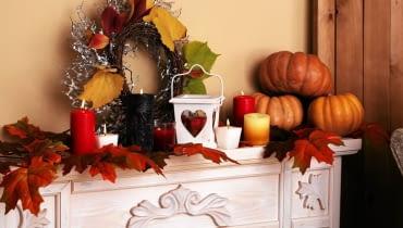 Wszystkie kolory jesieni. Ciepły płomień świec, wieniec z liści i oczywiście dynie.