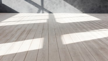 Bielenie podłogi: stara podłoga malowana na biało