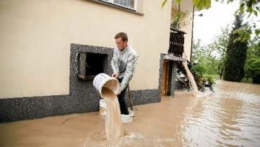 Czyszczenie i osuszanie domu po powodzi to długotrwały proces