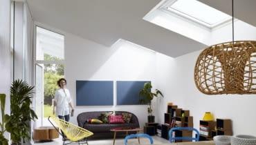 W dachach z kątem nachylenia wyższym niż 15 stopni z powodzeniem można zastosować tradycyjne okna do poddaszy, których wybór jest bardzo szeroki