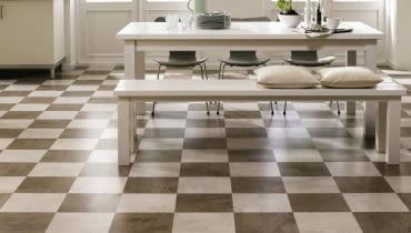 Na podłogach, na ścianach, jako dekoracyjny i praktyczny gadżet. We wszystkich tych rolach korek sprawdza się znakomicie. Zobaczcie, jak powstaje korek przeznaczony na posadzki, okładziny ścienne i różne drobiazgi oraz jak efektownie zdobi potem wnętrza. BR > Podłogi. Interesujący design tej korkowej podłogi, przypominający szachownicę, stwarza wnętrze o wyraźniej indywidualnej charakterystyce. To połączenie dwóch wzorów i odcieni brązu: jasnej w Identity Timide i ciemniejszej w Identity Tea. Wicanders, Identity Timide, Identity Tea, Dom Korkowy. Cena Identity Timide: 133 zł brutto/m2. Cena Identity Tea: 133 zł brutto/m2