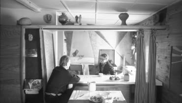Oskar i Zofia Hansenowie w mieszkaniu przy ul. Sędziowskiej w Warszawie, 1958. Dzięki uprzejmości Fundacji Zofii i Oskara Hansen.