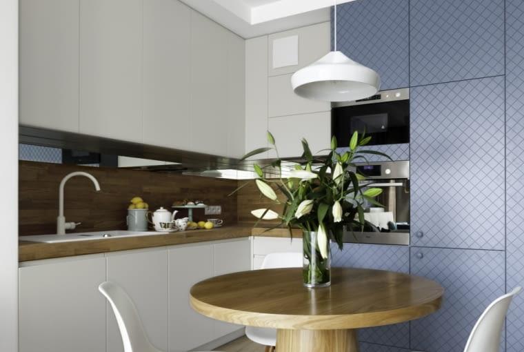 Biało - błękitna, otwarta kuchnia.