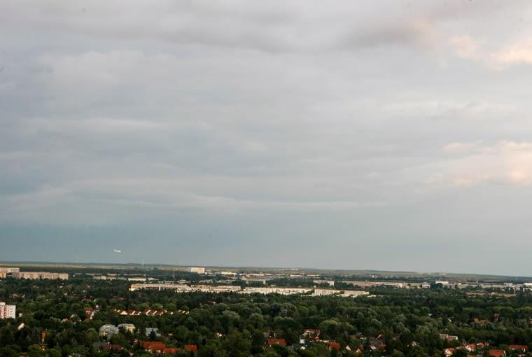 Panorama Berlina z Skylounge in der Gropiusstadt. W tle lotnisko Schonefeld