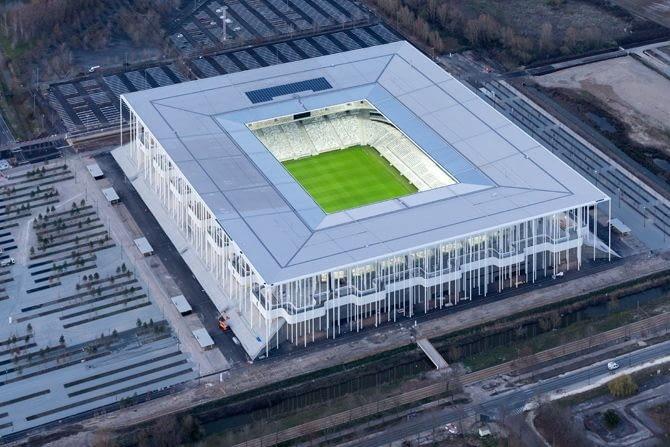 Matmut Atlantique, Bordeaux - Francja (II nagroda w głosowaniu internautów, I nagroda w głosowaniu jury) - Francuski stadion zaprojektował znany duet wybitnych architektów z pracowni Herzog & de Meuron i jak na architekturę tej pracowni przystało mamy tu do czynienia z niezwykła i niespotykaną formą, która mimo dużych rozmiarów sprawia wrażenie niezwykle lekkiej i filigranowej.