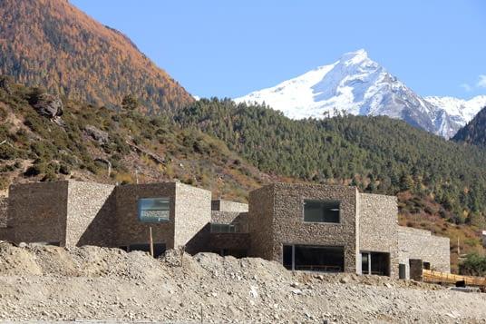 Centrum Sztuki Yarluntzangbu, prowincja Nyingchi, Tybet, proj. standardarchitecture, 2011