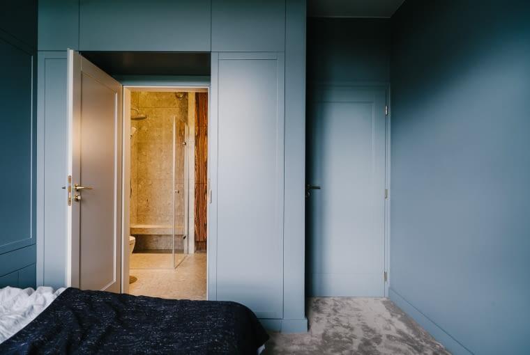 Sypialnia gospodarzy posiada prywatną łazienkę.