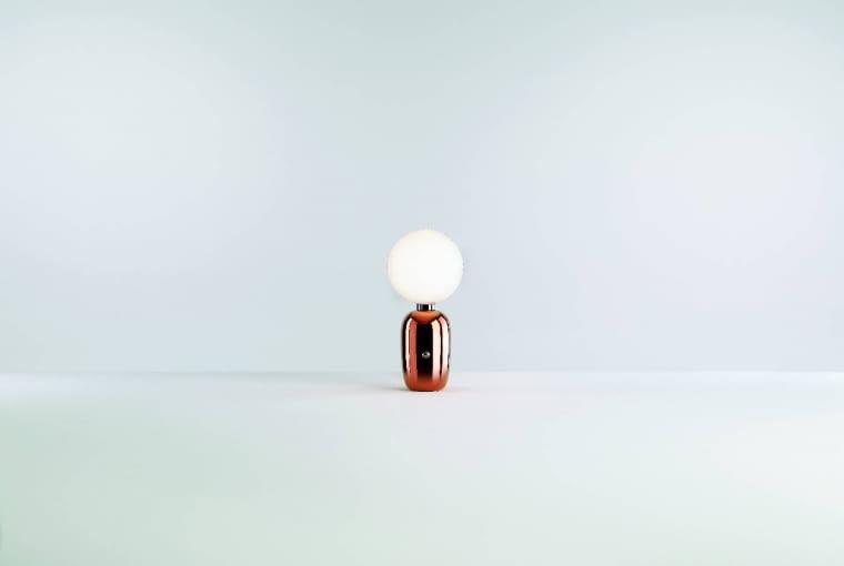 Aballs m gr: Mały stołowy klejnocik. Nic dziwnego, w końcu ta lampa wyszła z rąk króla designu, Jaimego Hayona. Ceramiczna podstawa lakierowana na modną miedź, dźwiga kulę ze szkła opalowego. Nie bez powodu zaprojektowana w dwóch wysokościach (38 i 50 cm), bo najpiękniej prezentuje się w parze. Ok. 3200 zł (wys. 38 cm), Parachilna, parachilna.eu