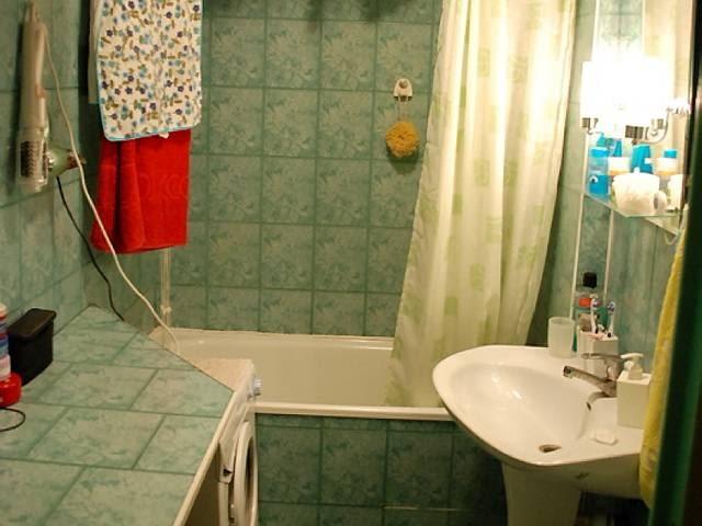 PRZED ZMIANĄ. Wystrój tej około trzymetrowej łazienki pamiętał czasy PRL-u. Kafelki w ponurym kolorze (tylko takie udało się wtedy kupić), zniszczone szafki z drzwiczkami, które się nie domykały. Do tego ciasno i niewygodnie. Krótko mówiąc, łazienka aż się prosiła o generalny remont.